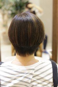 白髪染めにハイライトをしている髪に髪質改善ストレートエステ(縮毛矯正)をかけた後のショートヘア